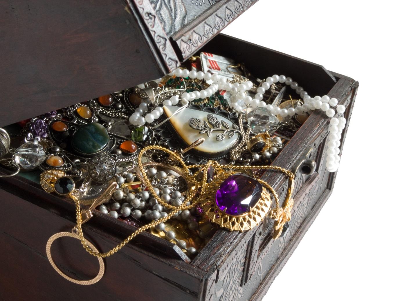 coffre à bijoux avec colliers emmêlés
